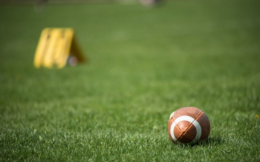 American Football Ball im Gras
